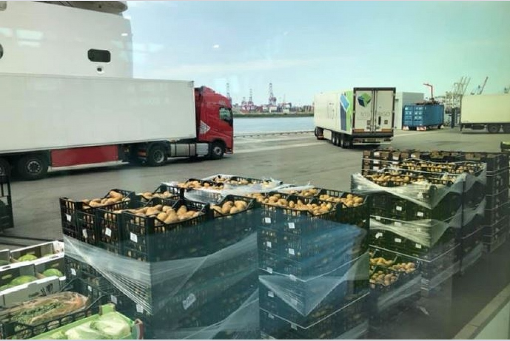 300 tons of food will be loaded today at #AltonaCruiseTerminal onboard the #MSCOrchestra - perfect organised operations